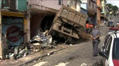 Caminhão desgovernado invade casa em Sapopemba e mata uma pessoa - Família que ficou quase 10 horas presa dentro de casa por causa de um grave acidente foi liberada na tarde desta terça-feira (23). Uma kombi que passava na rua também foi atingida.