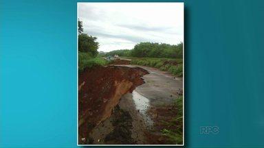 Chuva mais forte provoca interdições em rodovias do noroeste - Nesta terça-feira (23) parte da pista na PR-323 em Cianorte desabou. Na PR-180, entre Cruzeiro do Oeste e Goioerê, também há um ponto de interdição.