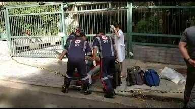 Tentativa de assalto na rua Oscar Freire termina com um suspeito baleado - Dois homens em uma moto tentaram roubar o relógio de um turista estrangeiro que passeava a pé. Um policial militar, que estava de folga, à paisana, viu a abordagem e deu voz de prisão a dupla. Um dos homens reagiu e foi baleado.