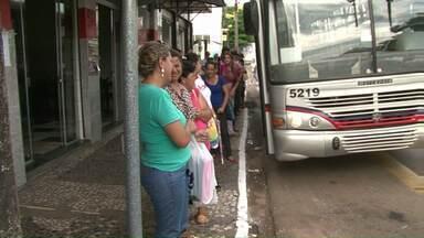 Passageiros continuam na calçada enquanto novo terminal metropolitano não fica pronto - O novo terminal metropolitano de Paranavaí deveria estar pronto há sete meses. Mas o município diz que houve um atraso no repasse de verbas do governo federal.
