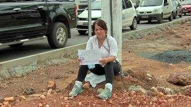 Mulher se acorrenta em protesto em Cuiabá - Mulher se acorrenta em poste contra retirada de vendedores ambulantes de avenida