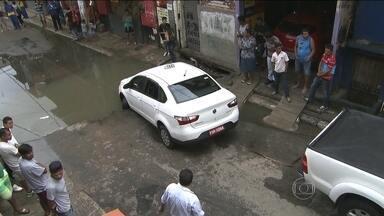 Táxi cai em cratera na Zona Sul da capital - Os moradores da rua em Paraisópolis, na Zona Sul, dizem que o buraco começou pequeno há três meses. Com a chuva durante a noite, a água cobriu a cratera. No escuro, não tinha como adivinhar o que havia no meio do caminho.