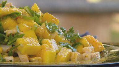 Kassab ensina receita de salada com manga no 'Prato Feito' - A manga é o ingrediente dessa semana e hoje a receita é uma salada bem refrescante com rúcula e acompanhamento de frango.