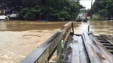 Chuva provoca estragos no litoral norte de São Paulo - Em São Sebastião teve queda de barreira, bairros inteiros alagados e queda de ponte. Duas pessoas morreram soterradas.