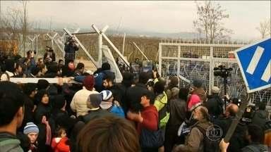 Refugiados derrubam cerca erguida para conter imigrantes no norte da Europa - Nesta segunda-feira (29), houve confronto na fronteira da Grécia com a Macedônia.