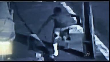 Homem com as duas pernas engessadas rouba câmera de segurança em Fortaleza - Confira imagens das câmeras de segurança.