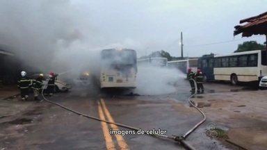 Incêndio destrói dois ônibus e atinge viaturas e carros no pátio da CTMac - Um incêndio que teria iniciado por volta das 6h desta segunda-feira (29) na Companhia de Trânsito e Transporte de Macapá (CTMac), no bairro Alvorada, na Zona Oeste de Macapá. O fogo destruiu dois ônibus e atingiu duas viaturas da empresa e dois carros particulares apreendidos que estavam no local.