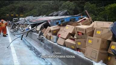Motorista morre após caminhão tombar na BR 376 - O acidente deixou a estrada em direção à Santa Catarina fechada durante a tarde.
