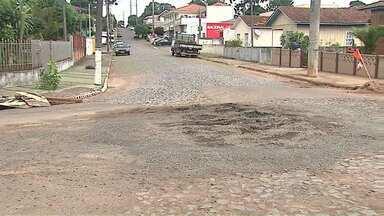 Moradores de Ponta Grossa reclamam de asfalto com 'remendos' - Vários buracos e falhas na pista foram deixados depois de obras realizadas posteriormente ao asfalto.