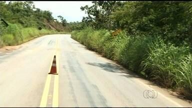 Sinalização da GO-010 está encoberta pelo mato - Motoristas devem ficar atentos com a situação.