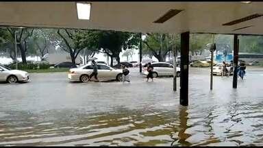 Ruas da Zona Sul do Rio ficam alagadas por causa da chuva - Pedestres e motoristas tiveram dificuldades para circular pelas ruas de Botafogo e Flamengo. Sirenes foram acionadas nos morros Chapéu Mangueira e Babilônia, no Leme.