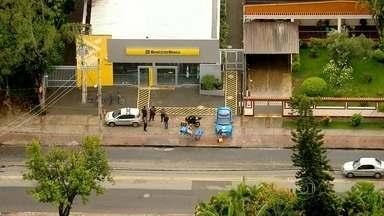 Bandidos explodem agência bancária, mas são surpreendidos pela PM - Na fuga, houve perseguição, tiroteio e um acidente de trânsito. Um bandido morreu e três acabaram presos