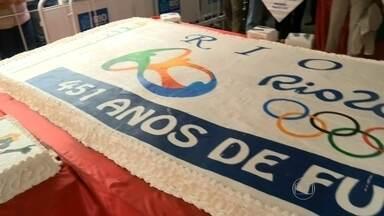 O Rio de Janeiro completa 451 anos nesta terça, 01 - Pra comemorar teve aquele tradicional bolo no Largo da Carioca, confeitado com motivos olímpicos.