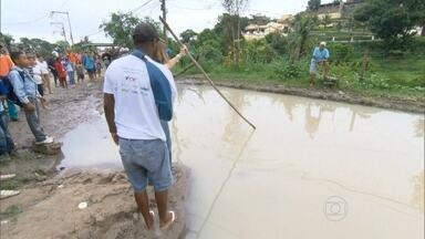 RJ Móvel abre calendário no bairro Legião, em São Gonçalo - A Rua Nazário Machado está cheia de buracos e a situação ficou ainda pior com a chuva dos últimos dias. Moradores pedem a ação da prefeitura no local.