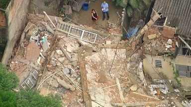 Casa desaba em Cascadura - Três pessoas estariam na casa; duas morreram. O desabamento aconteceu durante a madrugada (4). Nenhuma parede ficou de pé.