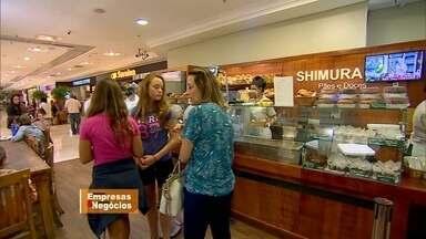 Empresário de São Paulo monta padaria dentro de shopping - Rogério Shimura já vem de uma família de padeiros. A ideia de abrir a padaria no shopping começou com um quiosque, mas o sucesso foi tanto que ele teve que ir para uma loja.
