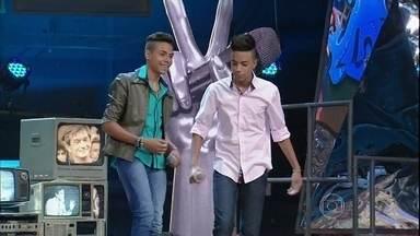 """Íkaro e Rodrigo cantam no palco do Altas Horas - A dupla que participou do The Voice Brasil Kids interpreta """"Linda Juventude"""""""