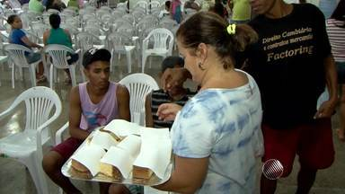 Voluntários oferecem alimentos no QG da Dengue em Itabuna, no sul do estado - Voluntários entram em ação para ajudar pessoas com dengue; 1.200 pacientes já foram atendidos por dia no local.