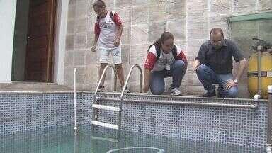 Moradora se preocupa com focos da dengue em piscina - Equipes da prefeitura visitaram casa com piscina