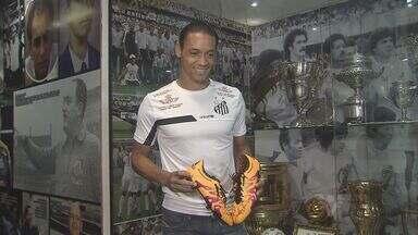 Ricardo Oliveira deixa marca no Memorial das Conquistas do Santos - Artilheiro comemorou 100 jogos pelo Peixe e deixou chuteira no museu do clube