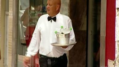 Desempregado inova ao vender água no sinal em Colatina, no ES - Carlos Alberto se veste de garçom e vende água gelada no balde de gelo no sinal.