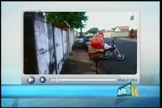 VC no MGTV: Telespectador registra falta de coleta de lixo em bairro de Uberaba - Algumas locais não receberam os serviços na noite desta segunda-feira (7). Empresa responsável pela coleta de lixo informou que a situação será normalizada durante esta terça-feira (8)