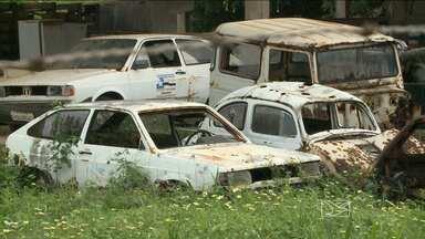 Depósito de carros acumula água e causa incômodos no bairro Vila Lobão, em São Luís - Moradores do bairro reclamam também da falta de infraestrutura no bairro.