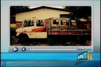 Morador denuncia entulhos em pátio da FCA em Divinópolis - Denúncia foi feita por telespectador. Assessoria da FCA informou que caminhões serão retirados.