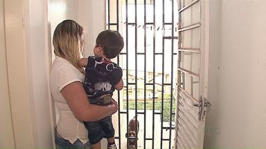 Vizinhos se unem na prevenção de assaltos a residências, em Ponta Grossa - Além de grades nas portas e janelas, os moradores criaram grupos nas redes sociais para compartilhar informações sobre a presença de pessoas suspeitas pelas redondezas.