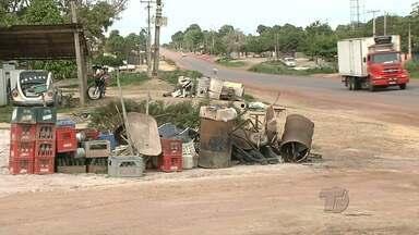 Moradores da comunidade do Tabocal denunciam lixos nas ruas - Situação ocorreu depois que prefeitura pediu que moradores colocassem lixo na frente das casas.