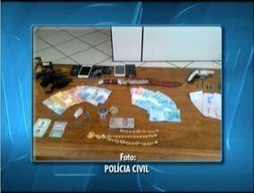 Três homens são presos por ameaçar um policial militar em Aimorés, MG - PC localizou armas, munições, dinheiro e drogas na casa dos suspeitos.