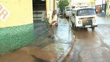 Moradores de Itatiba trabalham para reparar estragos da chuva - Os moradores de Itatiba (SP) tiraram está terça-feira (8) hoje para limpar, e conferir todos os estragos provocados pela enchente na cidade. É a segunda vez em 20 dias que os moradores sofrem com os alagamentos.