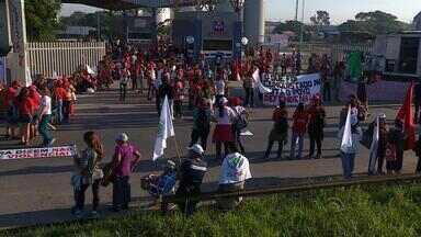 Mulheres realizam protesto por direitos no campo - Cerca de mil camponesas participaram do ato em Porto Alegre.