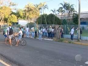 Estudantes da rede estadual em Rosana reclamam de merenda oferecida na unidade de ensino - Alunos se alimentam com bolacha e leite.