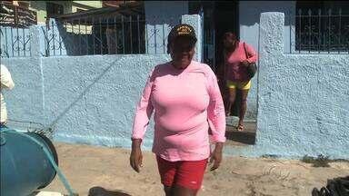 Conheça a história de uma mulher que trabalha como jangadeira e pescadora - Carmen Luiza ganha a vida levando turistas para tomar banho de mar na piscina natural.