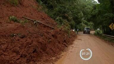 SP-50 segue parcialmente interditada após queda de barreiras em São José - No km 103, a interdição é parcial e o tráfego flui em operação 'pare e siga'.