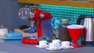 Café ajuda a reduzir risco de Alzheimer e Parkinson - Pó de café deve ser guardado dentro da geladeira em pote escuro e bem fechado. O grão de cafe só deve ter torrado na hora. Quem perde o sono com o café deve restringir o consumo de cafeína até as 18h.