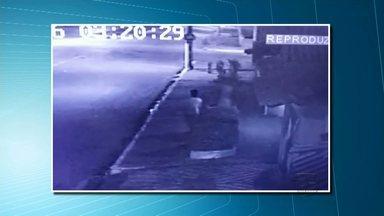 Trio invade casa e amarra morador durante assalto no bairro Aparecida - Criminosos levaram bolsa com dinheiro, notebook e outros objetos. Vítima foi amarrada com fio de ferro elétrico e com um cinto.