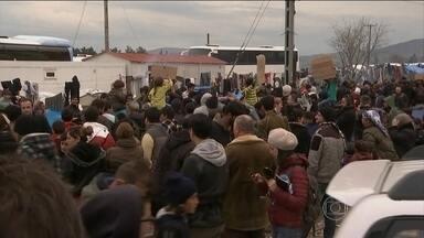 Número de refugiados na fronteira entre Grécia e Macedônia chega a 14 mil - A situação na região é dramática. Eles não têm para onde ir porque a fronteira está fechada desde o mês passado.