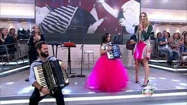 Menina sanfoneira se apresenta com Marcelo Jeneci - Nina tem 7 anos e toca sanfona desde os 4