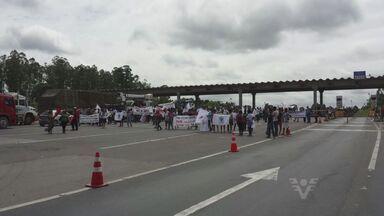 Ativistas protestam contra contruções de barragens no Vale do Ribeira - Eles saíram de Eldorado e foram até Cajati, onde fecharam o pedágio da Rodovia Régis Bittencourt