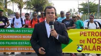 Terceirizados da Petrobras fecham avenida em protesto em Aracaju - Terceirizados da Petrobras fecham avenida em protesto em Aracaju.
