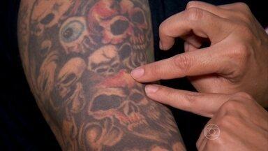 É importante preservar as pintas na hora de fazer a tatuagem - É muito importante escolher o local adequado de onde fazer uma tatuagem, antes mesmo de se decidir pelo desenho. O tatuador não deve sobrepor as pintas pelo corpo.