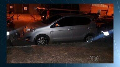 Motociclista reclama de carros que estacionam muito perto de motos, em Goiânia - Motorista diz que situação, às vezes, quase impossibilita a saída de certos locais.