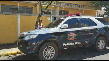 Polícia cumpre mandados e prende grupo suspeito de integrar facção - Ação envolveu 38 policiais e englobou diversos bairros de Araraquara.Homens foram encaminhados para delegacia e prestam depoimento.