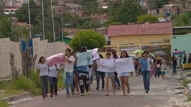 Pais e alunos fazem manifestação por segurança em Manaus - Ato ocorreu na Cidade Nova.