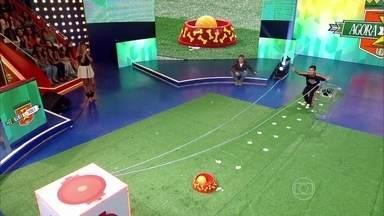Esdras Andrade vence a primeira prova do Agora ou Nunca - Adestrador acerta bola em vasilha de ração e garante 10 mil reais no primeiro desafio