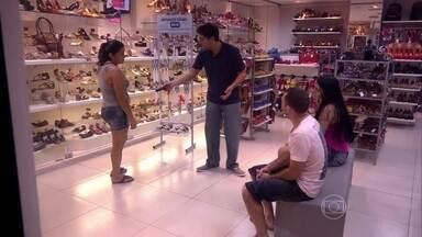 Gabriel Louchard se passa por vendedor para apresentar truques de mágica - Humorista e mágico surpreende clientes de loja com produtos inusitados