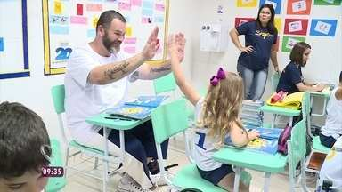 Desafio para Jimmy Ogro: preparar um lanche com legumes e verduras para as crianças - Jimmy visita uma escola e promete fazer um lanche delicioso para a criançada