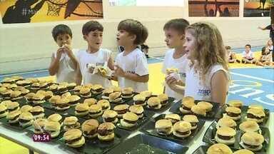 Crianças aprovam o hambúrguer saudável de Jimmy - Ana Maria Braga também prova o lanche que Jimmy fez para a criançada